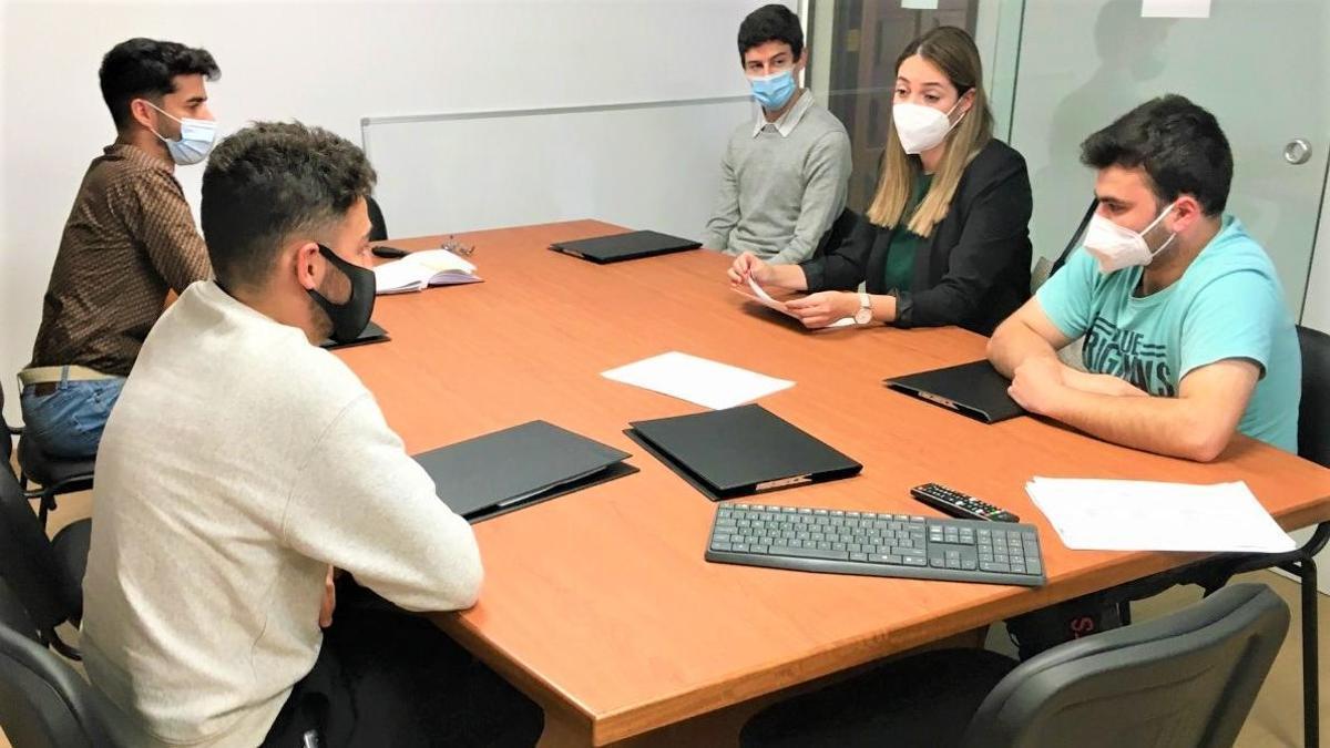 Alumnos que realizan prácticas en Medio Ambiente.