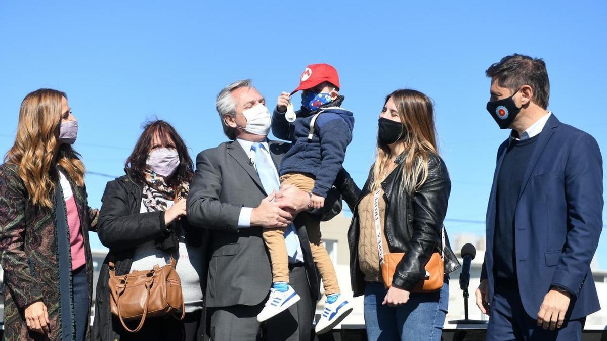 Alberto Fernández entregó en la ceremonia las llaves de su vivienda a familias beneficiarias del Desarrollo Urbanístico de Plan Procrear de la localidad de Merlo.