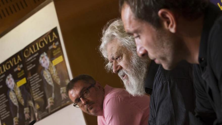El director artístico del Teatro Cuyás, Gonzalo Ubani (i), Mario Gas (c) y Pablo Derqui (d)