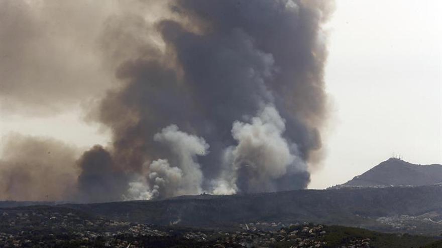Siguen refrescando el suelo de los incendios de Bolulla y Xàbia (Alicante)