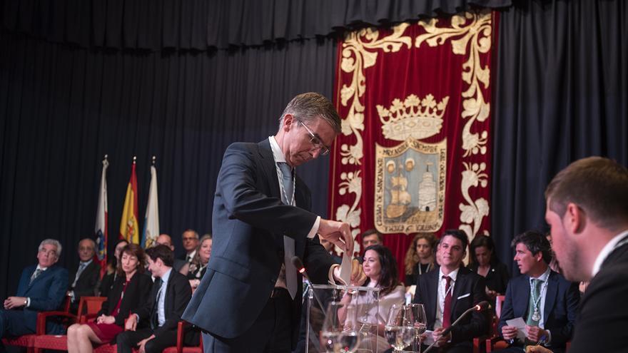 César Díaz (PP) deposita su voto durante la elección de la Alcaldía de Santander. | JOAQUÍN GÓMEZ SASTRE