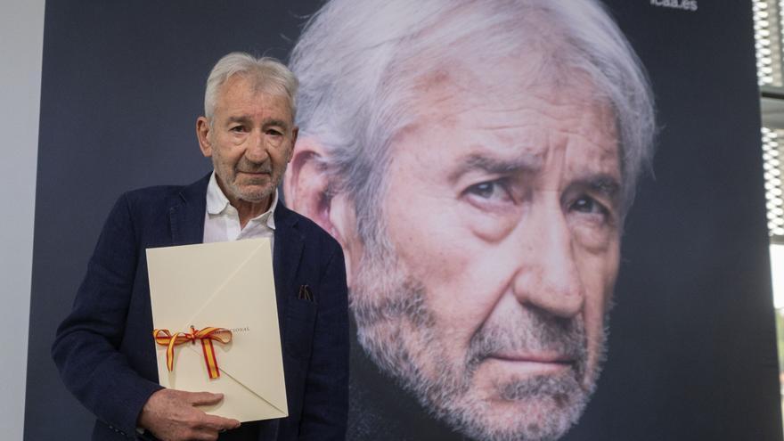 El actor José Sacristán posa con el Premio Nacional de Cinematografía 2021, en el centro cultural Tabakalera, a 20 de septiembre de 2021, en San Sebastián, País Vasco, (España).