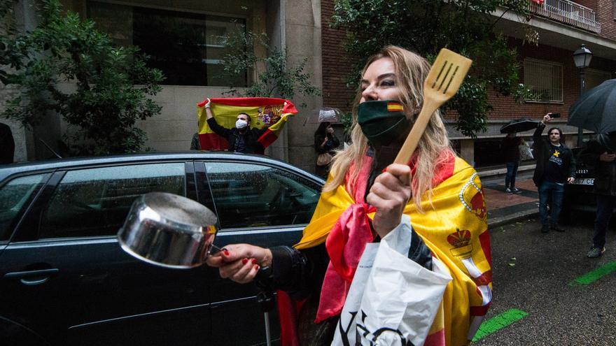 Una mujer golpea cacerola en señal de protesta durante la concentración de los vecinos del barrio madrileño de Salamanca en la calle Núñez de Balboa por la gestión del Gobierno contra el coronavirus. En Madrid, España, a 12 de mayo de 2020.