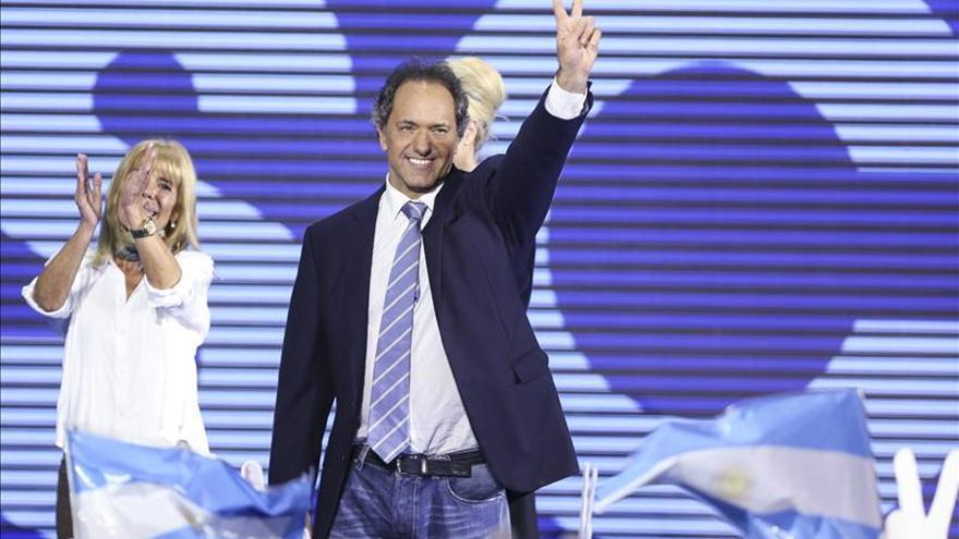 Kirchnerista Scioli conserva ventaja en sondeos a 35 días de elecciones