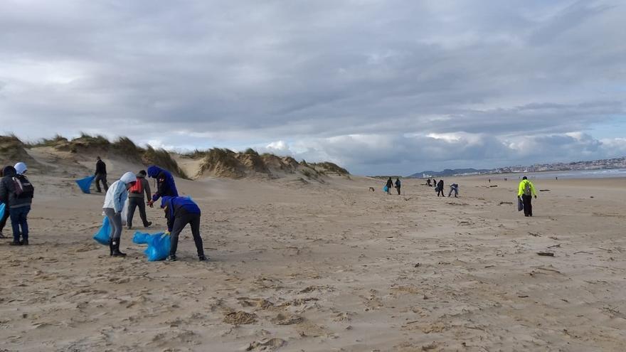 Voluntarios recogen más de una tonelada de basura de las playas de Somo, Miengo y Suances