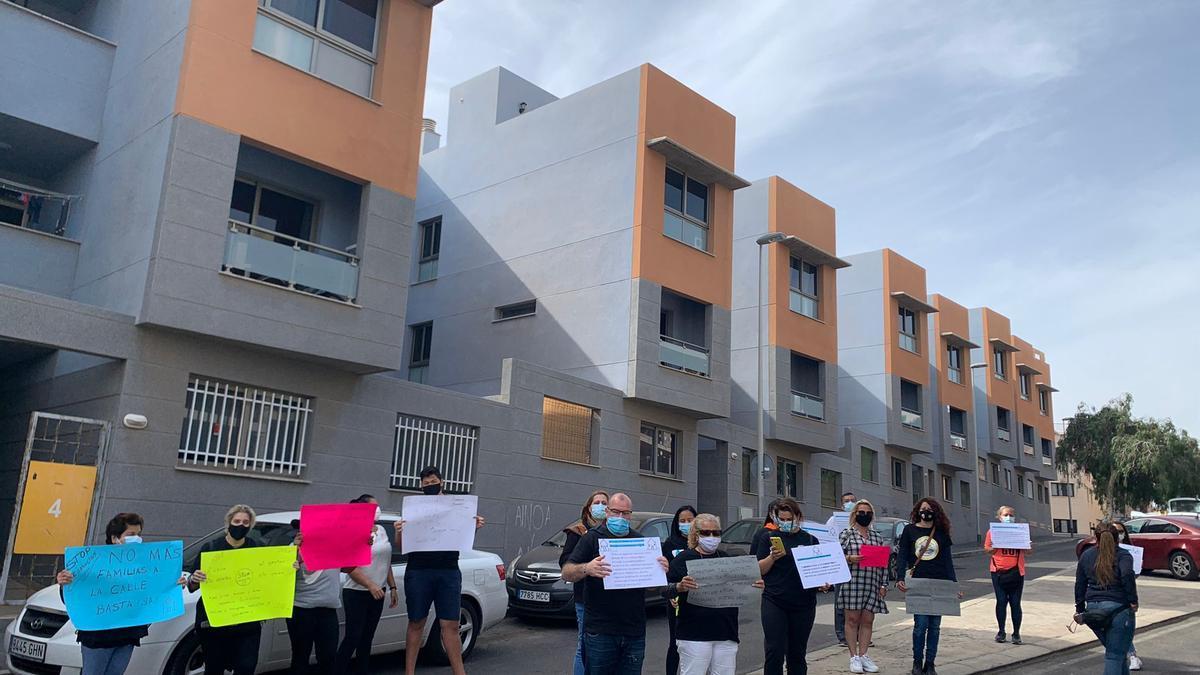 Manifestación de los vecinos de las viviendas de protección oficial de la calle Arguayoda, frente a los Juzgados de Granadilla de Abona,