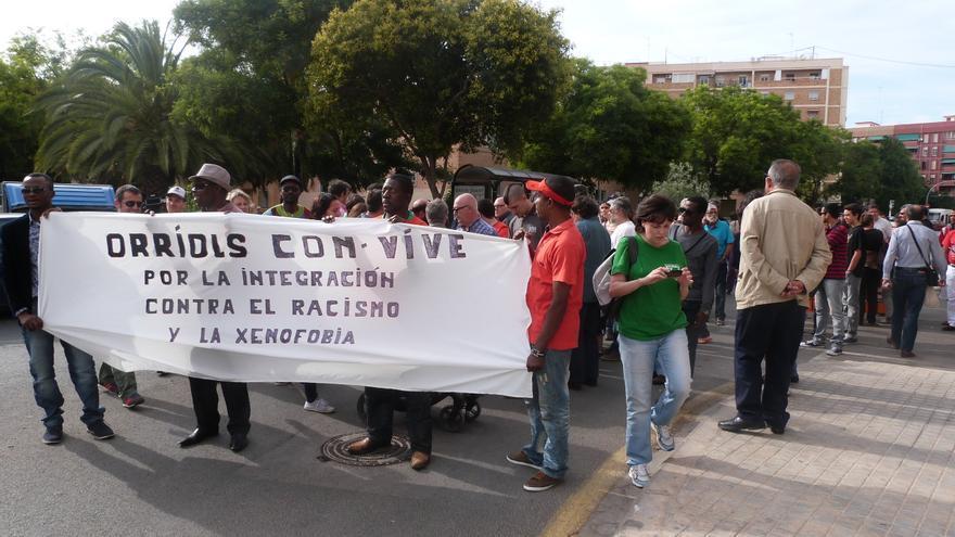 """Concentración en el barrio de Orriols (Valencia) contra el reparto de comida """"sólo para españoles""""."""