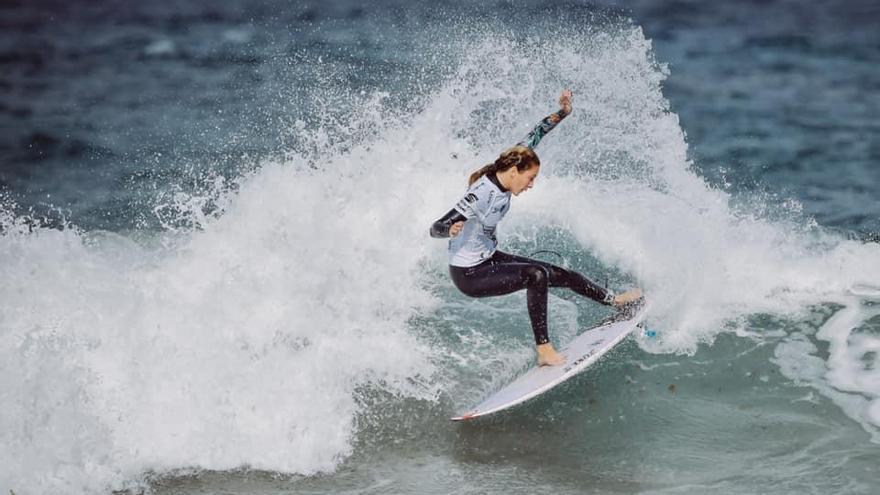 Melania Suárez se impone en la ola de la Cicer de la playa de Las Canteras.