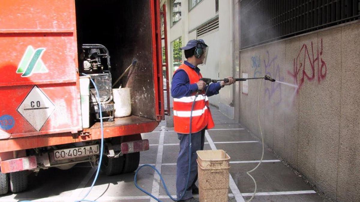 Un trabajador de Sadeco borrando pintadas.