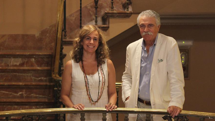 Isabel Ojeda y Juan Víctor Rodríguez Yagüe posan ante los medios