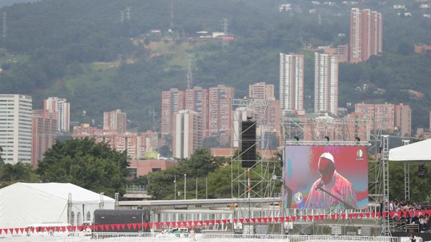Medellín espera bajo la lluvia al papa Francisco para la misa campal