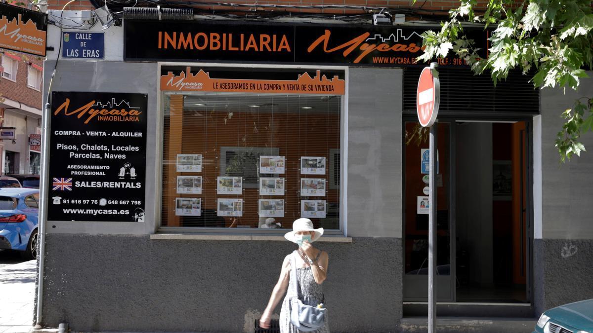 Anuncios de pisos y casas en venta y alquiler en el escaparate de una inmobiliaria, en Madrid, en una fotografía de archivo. EFE/Zipi