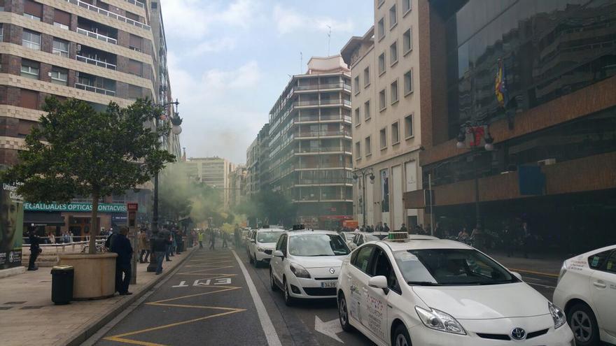 La protesta de los taxistas en la calle Colón de València, donde está la sede de la Delegación del Gobierno