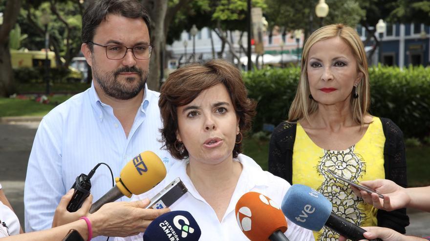 De izquierda a derecha: Asier Antona, Soraya Sáenz de Santamaría y Australia Navarro.