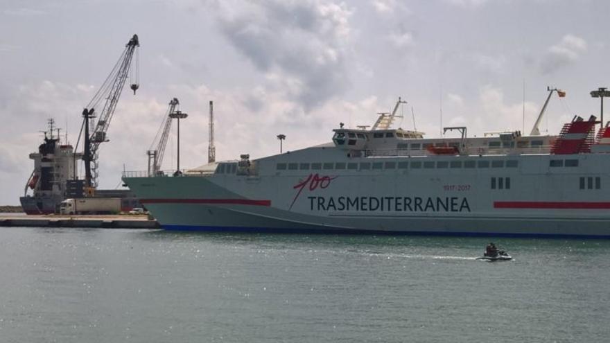 Imagen de un ferri en el puerto de Gandia
