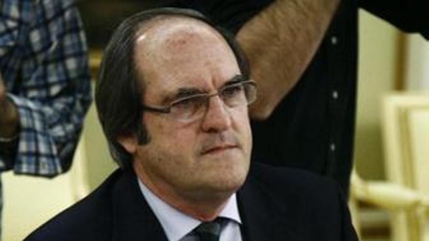 Ángel Gabilondo, sentado