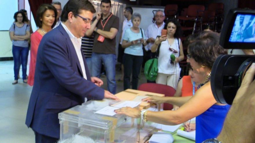 Vara ejerce su derecho al voto en su localidad natal, Olivenza / PSOE Extremadura