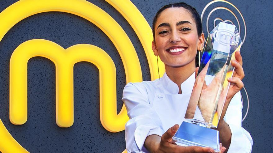 Ana, ganadora de 'MasterChef 8', con su trofeo