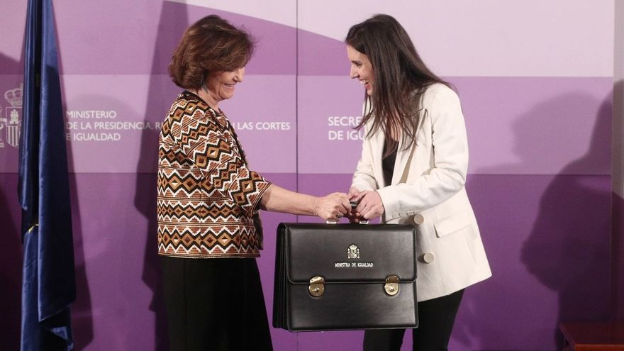 La vicepresidenta primera, Carmen Calvo, y la ministra de Igualdad, Irene Montero, en el traspaso de carteras de enero de 2020.