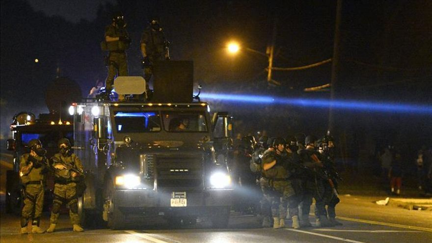 Dura noche de disturbios en Ferguson (EEUU) pese al despliegue de seguridad