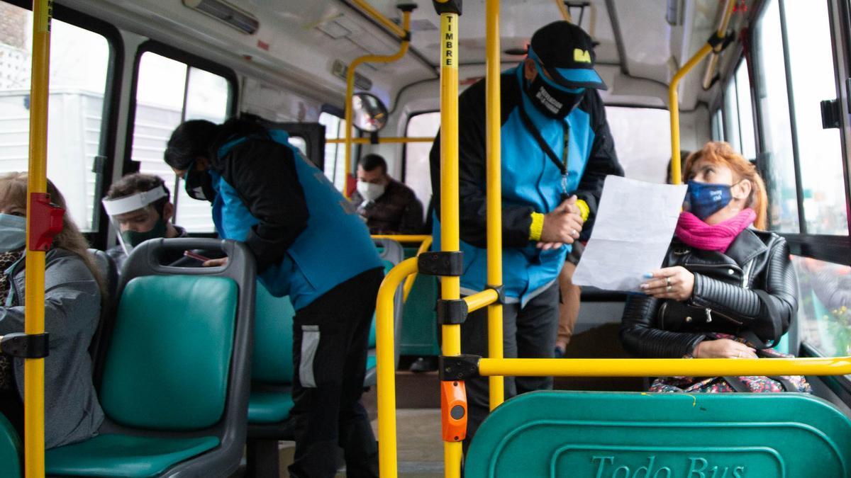-Los colectivos deberán circular con una cantidad de pasajeros que no supere la capacidad de asientos disponibles, con excepción de los horarios de mayor requerimiento del servicio y ante el exceso de demanda, donde podrá ampliarse hasta 20 pasajeros y pasajeras de pie.