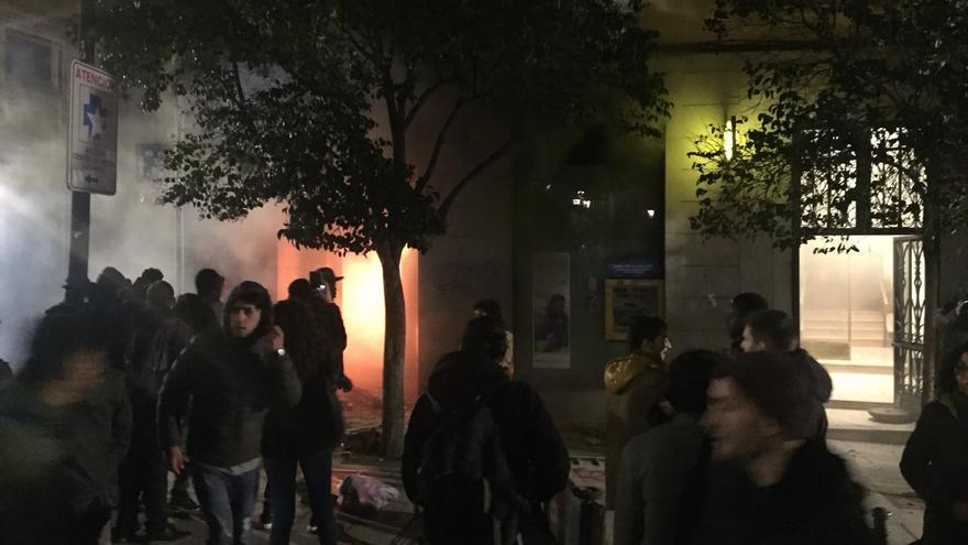 Arde la oficina de La Caixa en la plaza de Lavapiés durante los disturbios
