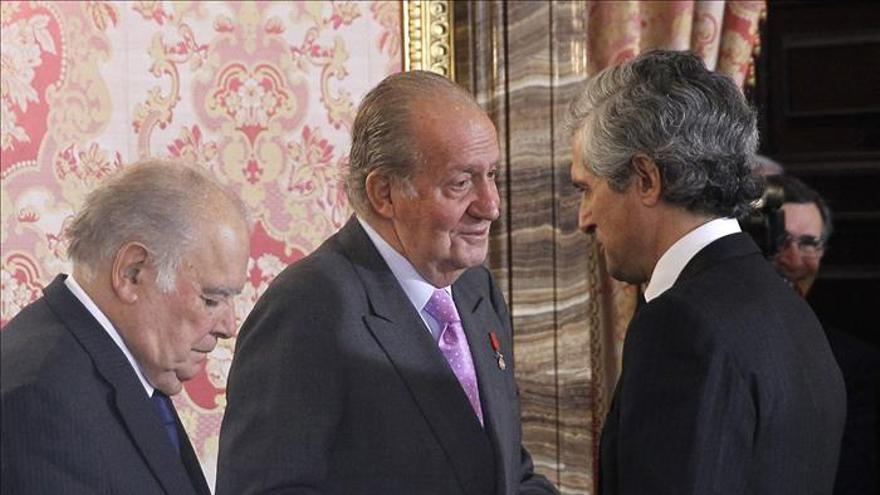 El Rey reconoce a Iglesias su entrega a Iberoamérica al imponerle el Toisón