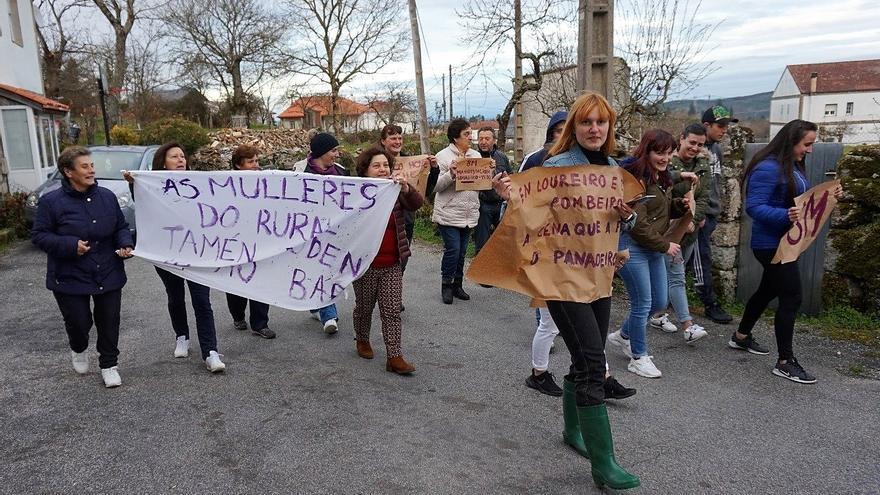 Manifestación feminista en la pequeña aldea de Loureiro (Nogueira de Ramuín)
