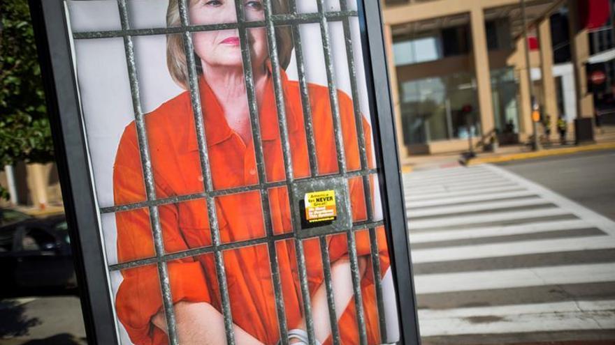 Hillary en prisión y el muro de Trump, en los recuerdos vendidos en Cleveland