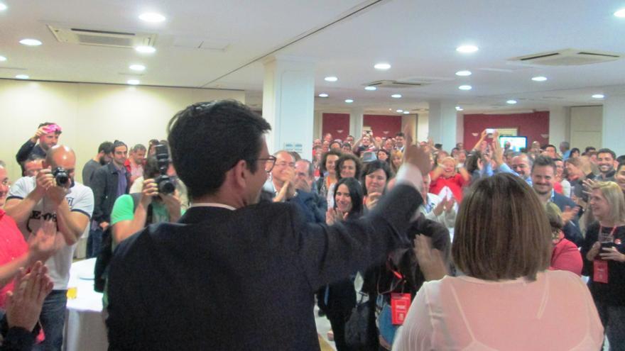 El líder de los socialistas granadinos, Francisco Cuenca, a su llegada al hotel. / Foto: M. A. Ortega Lucas.
