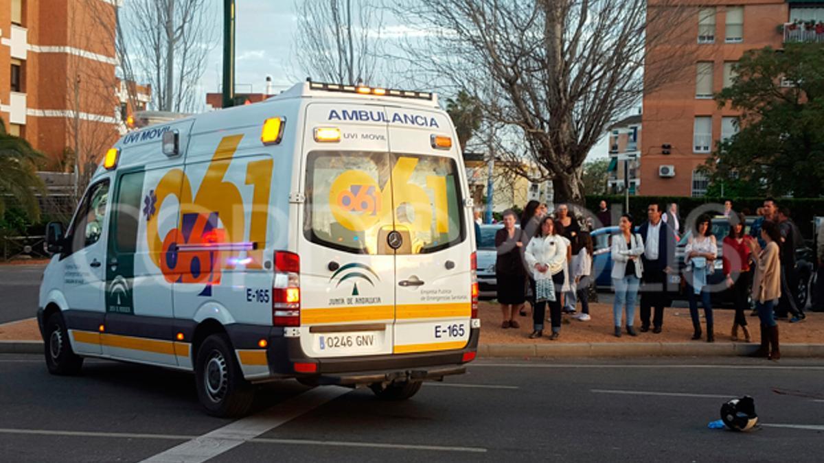 Una ambulancia en la calle Carlos III.