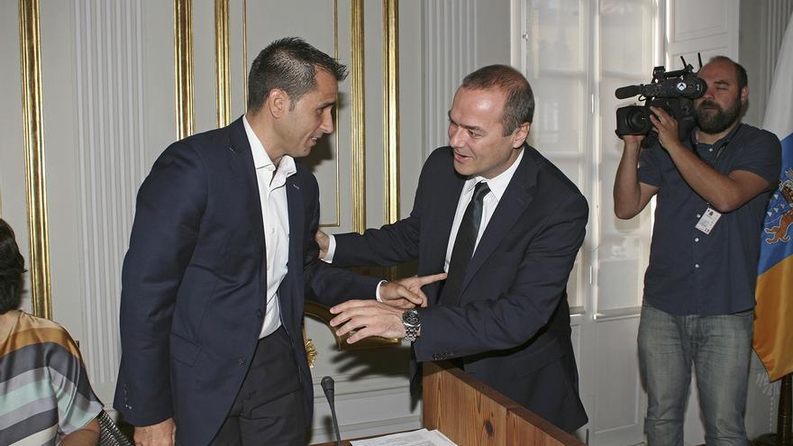 El viceportavoz del PP en Las Palmas de Gran Canaria, Ángel Sabroso, y el alcalde de la ciudada, Augusto Hidalgo