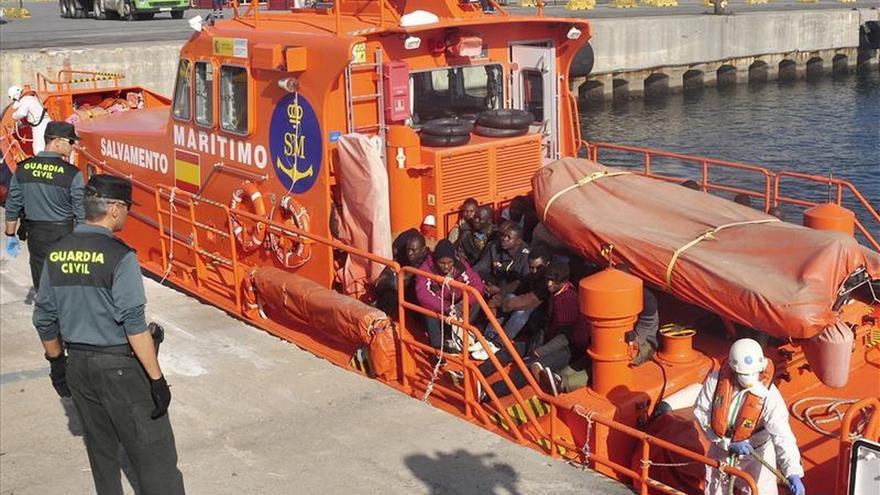 Diez inmigrantes alcanzan la costa de Ceuta tras desembarcar en una patera