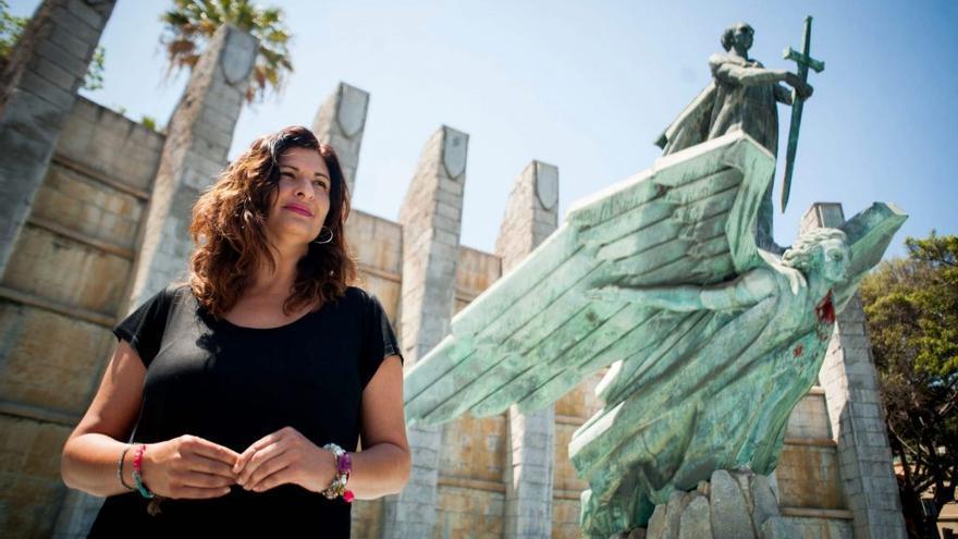 La alcaldesa de Güímar, Carmen Luisa Castro, junto al 'Monumento a la Victoria' de Santa Cruz de Tenerife. Diario de Avisos