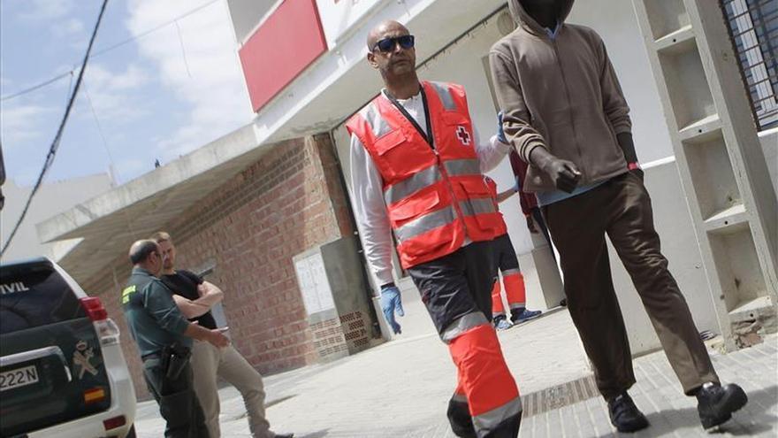 Rescatan a 8 inmigrantes en una lancha de juguete en el Estrecho