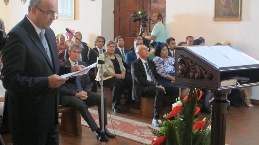 Anselmo Pestana en la lectura del discurso a San Miguel.