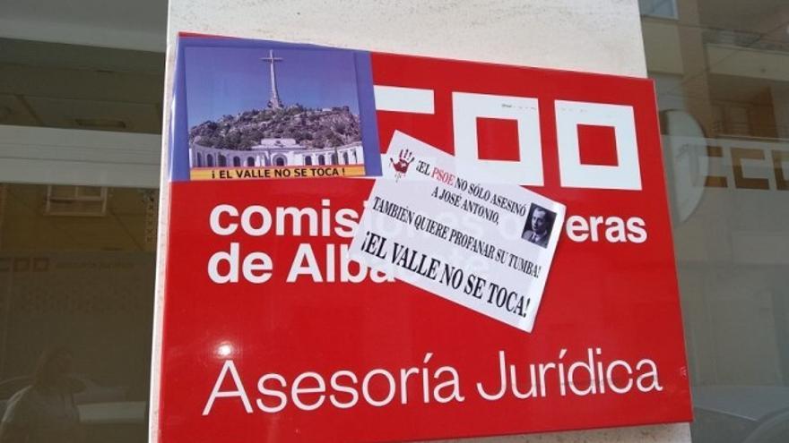 Pegatinas en la sede de CCOO en Albacete