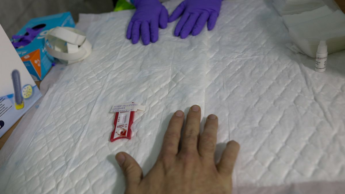 Un sanitario se hace el test para diagnosticar el Covid-19, foto de archivo