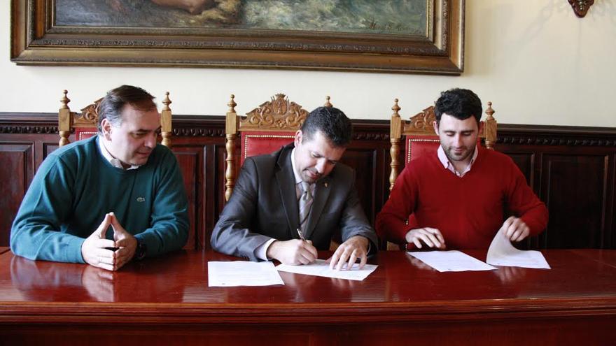 En la imagen, el gerente del Patronato de las Fiestas Lustrales, el alcalde de la capital y el representante de la empresa Ekalis.
