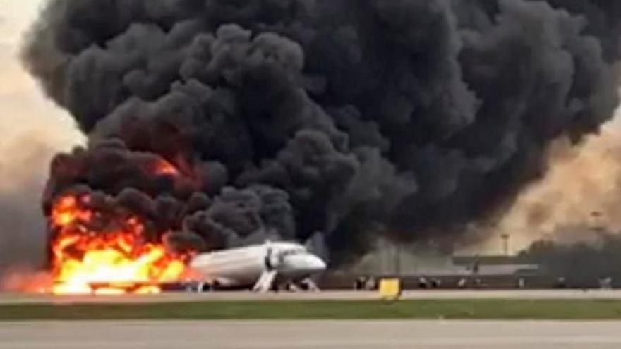 Las autoridades rusas confirmaron la muerte de 41 de los 78 ocupantes del avión Sukhoi Superjet-100 que se incendió este domingo en Moscú tras efectuar un aterrizaje de emergencia