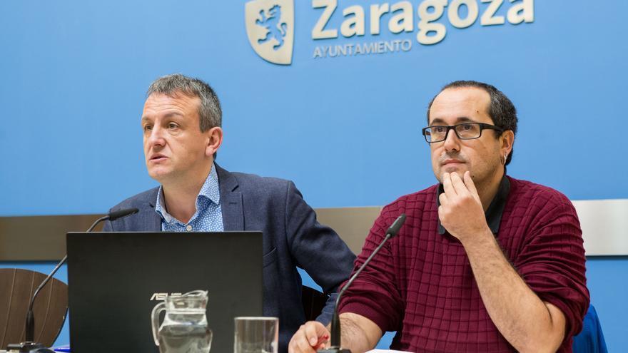 El consejero de Economía del Ayuntamiento de Zaragoza, Fernando Rivarés (izqda), y el de Servicios Públicos, Alberto Cubero