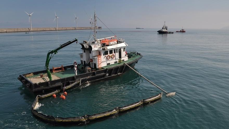 Cerca de 40 personas realizan un simulacro de lucha contra la contaminación marina en el Puerto de Bilbao