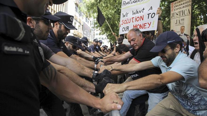 Un centenar de afectados por el papel comercial del BES protestan en Lisboa