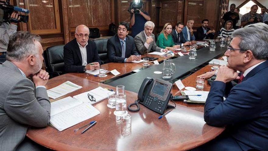 El presidente Ángel Víctor Torres (i), reunido con los representantes de la Federación Canaria de Islas (FECAI). EFE/Ángel Medina G.