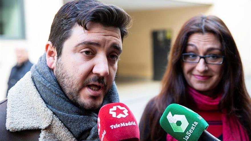 Sol Sánchez y Alvaro Aguilera, de Izquierda Unida, atienden a los medios de comunicación.