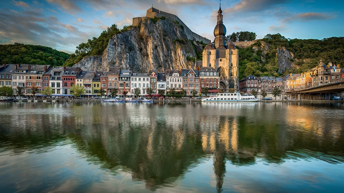 Notre Dame y la Ciudadela a orillas del Mosa. Dinant ofrece una de las imágenes más bonitas de Valonia.