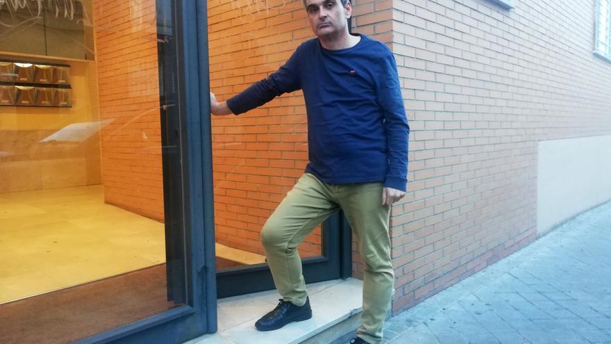 David Fernández, en el portal del edificio donde vive en Carabanchel.