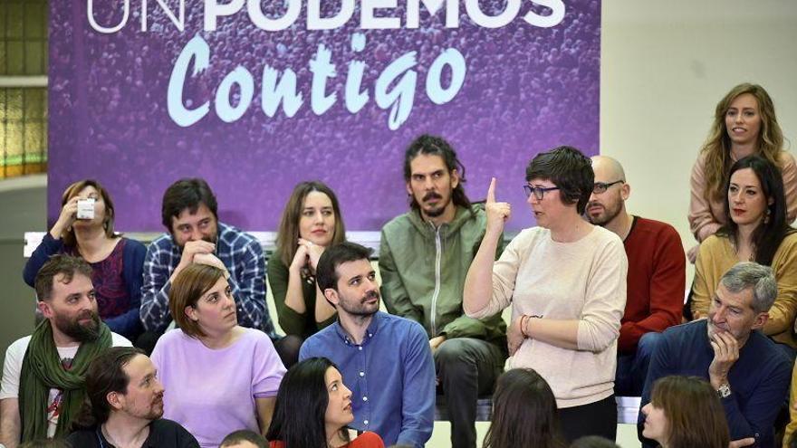 Pilar Lima y Maria Teresa Pérez (primera por la derecha) en un acto de Podemos.