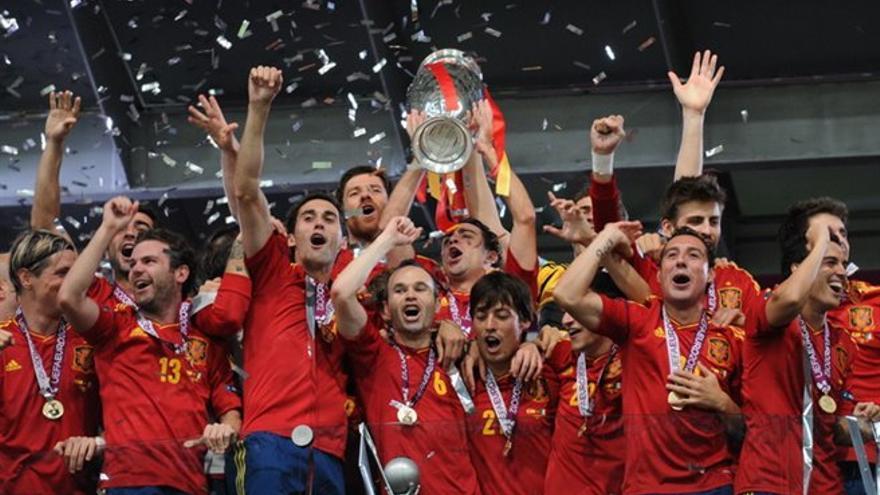 La selección española de fútbol celebra el triunfo en la Eurocopa de 2012. Football.ua CC-BY-SA-3.0 or GFDL via Wikimedia Commons