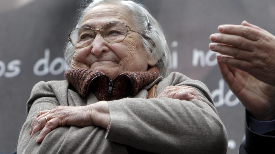 ESPAÑA CAMACHO-FALLECIMIENTO:MD18. MADRID, 30/10/2010.- Centenares de personas rindieron hoy homenaje, en la madrileña Puerta de Alcalá, a la figura del fundador de CCOO, Marcelino Camacho , fallecido en la madrugada de ayer a los 92 años. En la foto, la esposa y compañera de Camacho durante muchos años, Josefina Samper, agradece cariñosamente la asistencia de las numerosas personas que participaron en el homenaje.